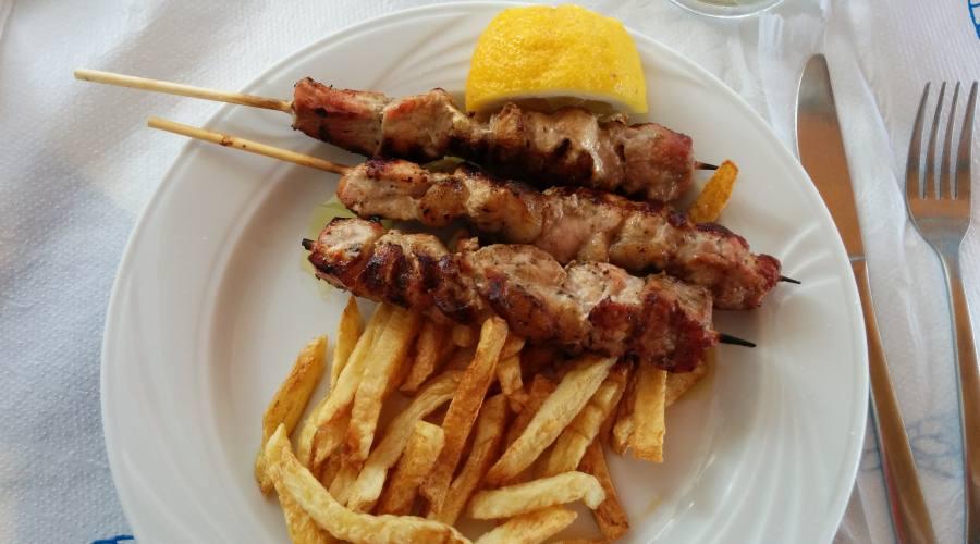 Gastronomia: Souvlaki di carne e patate fritte