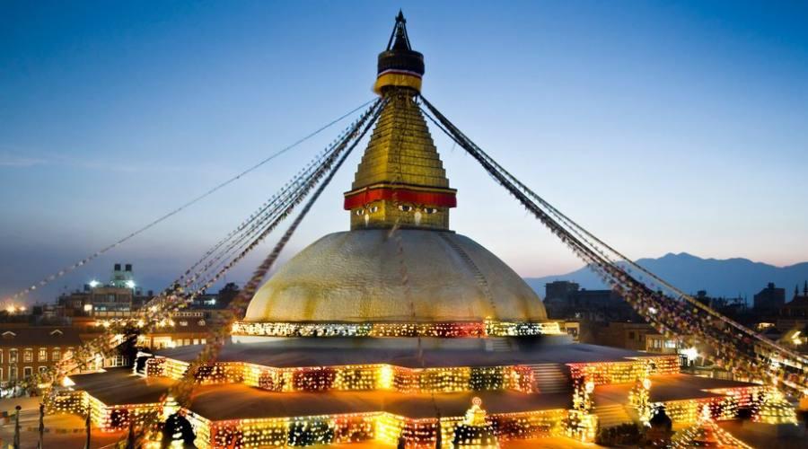 Stupa in notturna