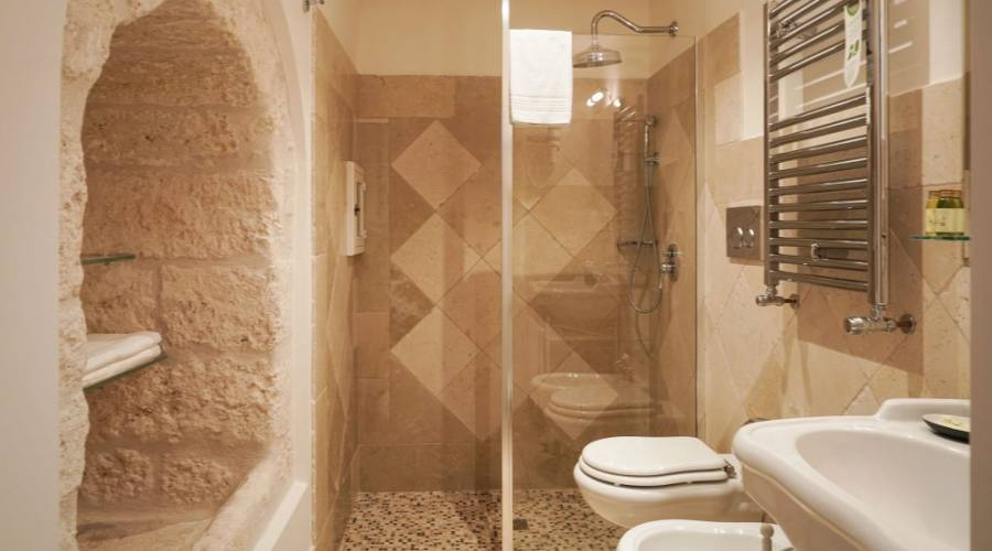 bagno camera con soppalco