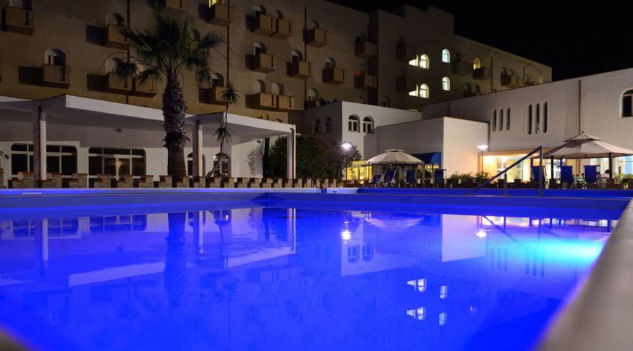 piscina ed esterno dell'hotel