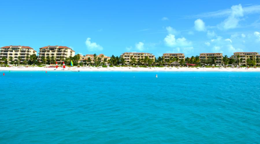 Vista dal mare del resort