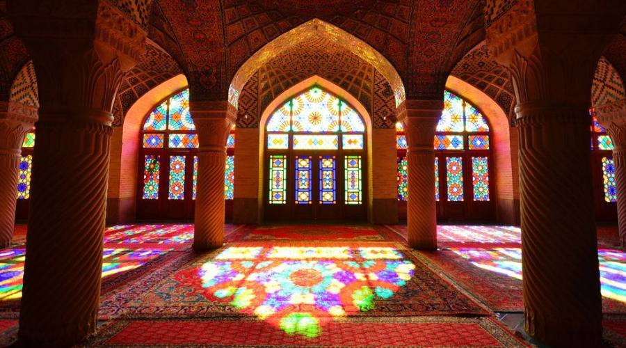Questo è all'interno della moschea Nasir ol Molk o moschea rosa con scarsa luce, una moschea tradizionale molto famosa e bella a Shiraz, Iran