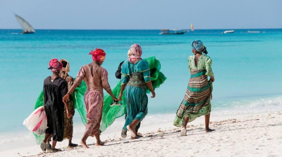 locali che passeggiano sulla spiaggia dell'Isola di mafia