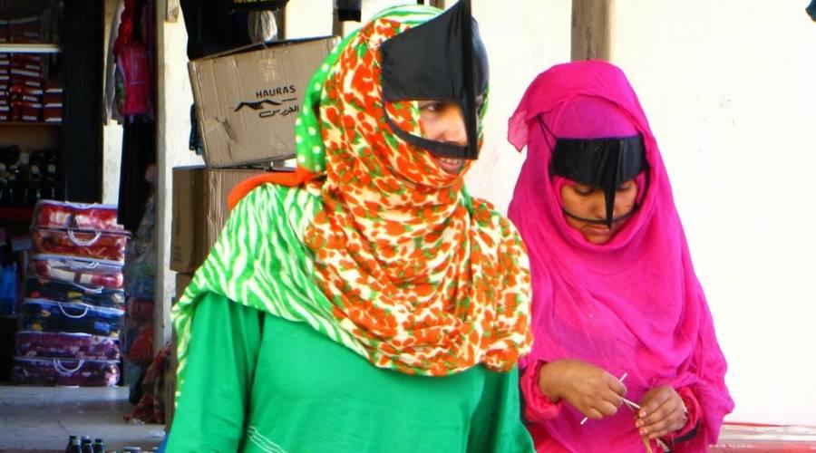 Donna con la mascheda a Sinaw