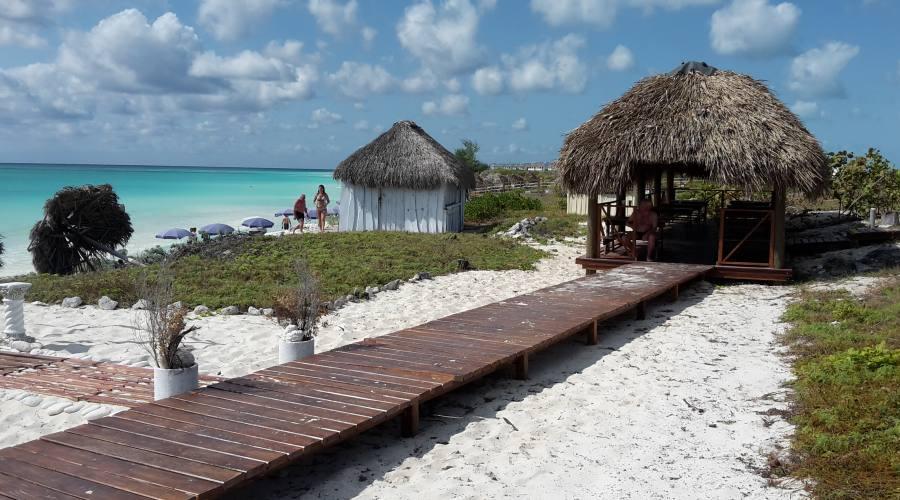 Passerella spiaggia e ristorante