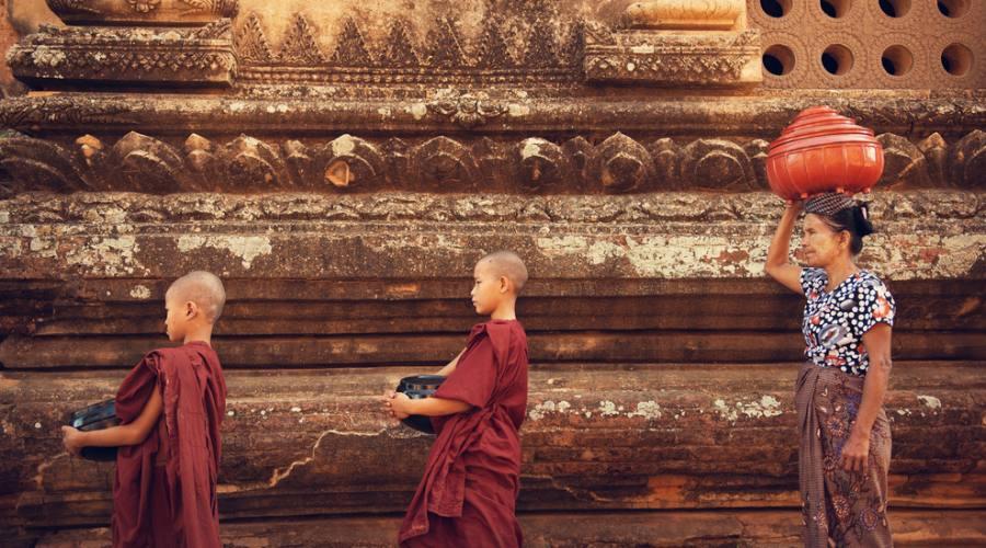 Giovani monaci al tempio