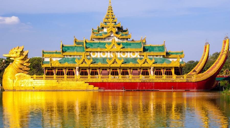"Yangon: la barca reale ""Karaweik"""