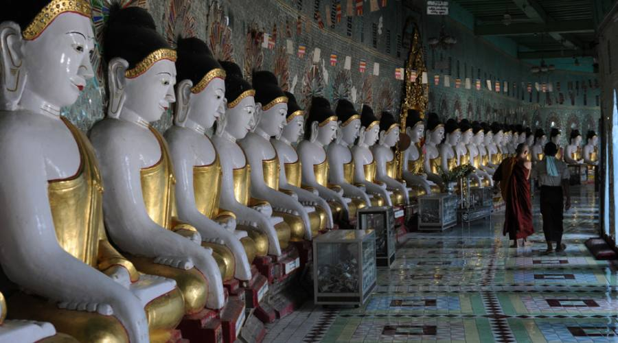 Le statue dorate di Buddha nella pagoda di Thonze di U-min a Sagaing