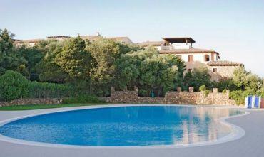 Complesso residenziale inserito dentro un parco con piscina attrezzata