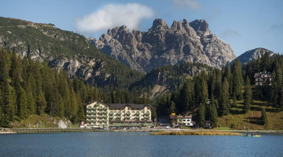 L'hotel e il lago