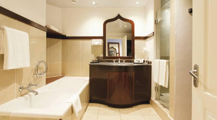 Il bagno della camera superior vista mare laterale