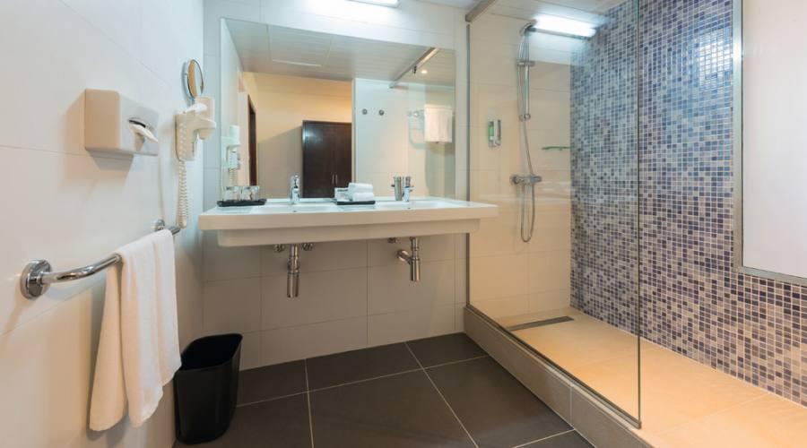 Bagno della camera standard vista mare laterale