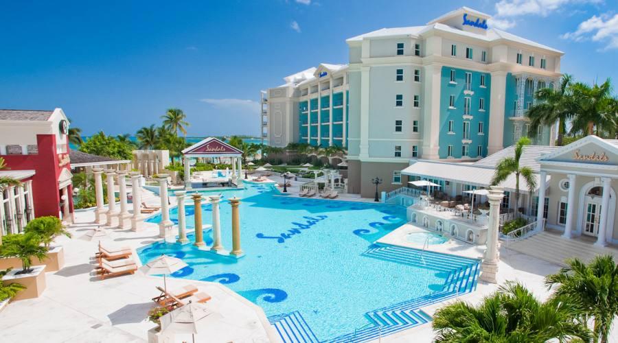 La piscina principale del Sandals Royal Bahamian Spa Resort