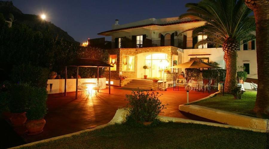 L'hotel panoramica esterna di notte