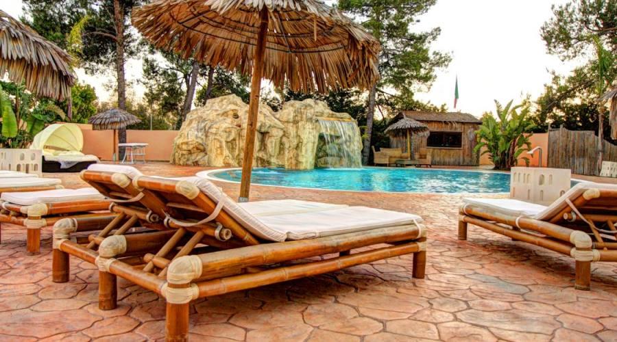 ombrelloni e piscina