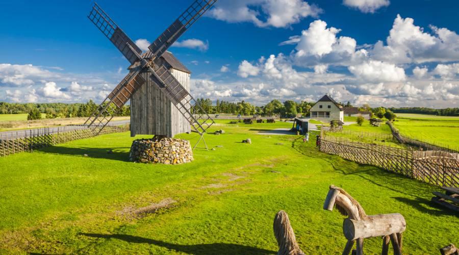 Estonia mulino a vento in legno