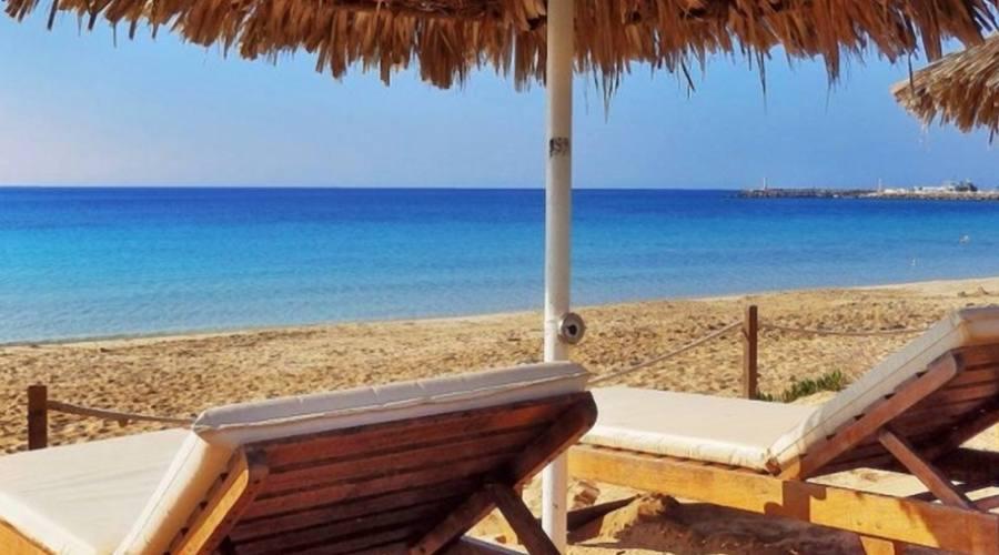 lettini per il relax in spiaggia