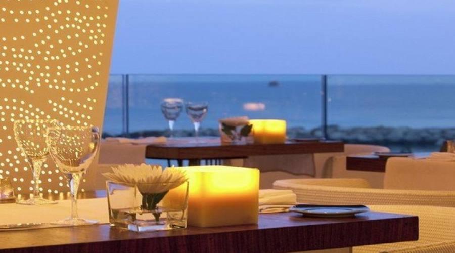 dettaglio ristorante all'aperto vista mare