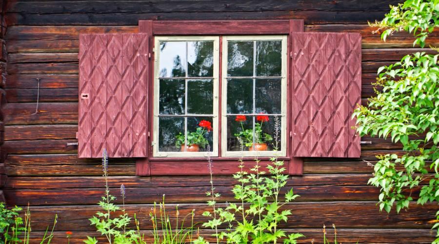 Tipiche finestre nelle case in legno svedesi