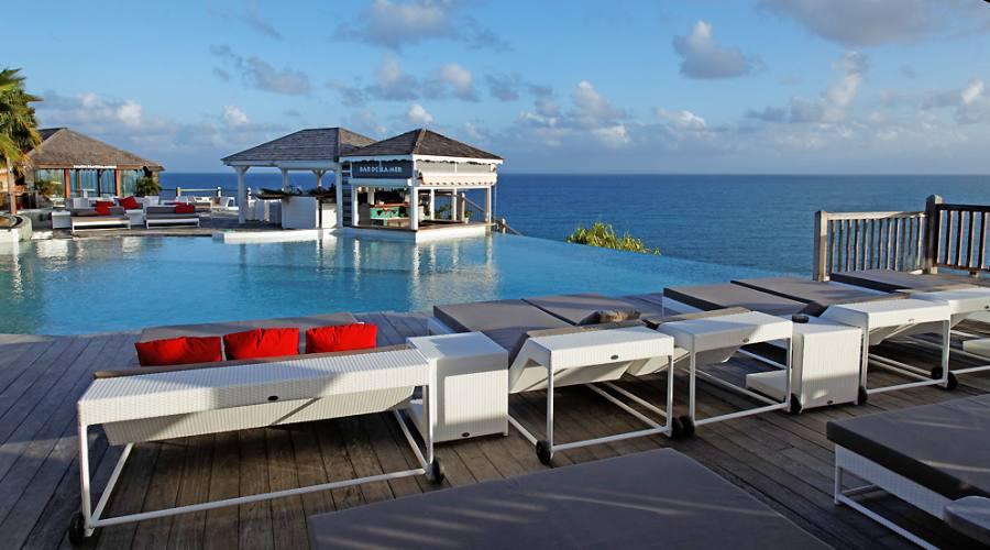 La piscina infinity con vista panoramica