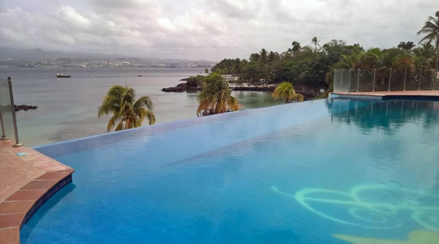 La piscina a sfioro con vista sulla baia
