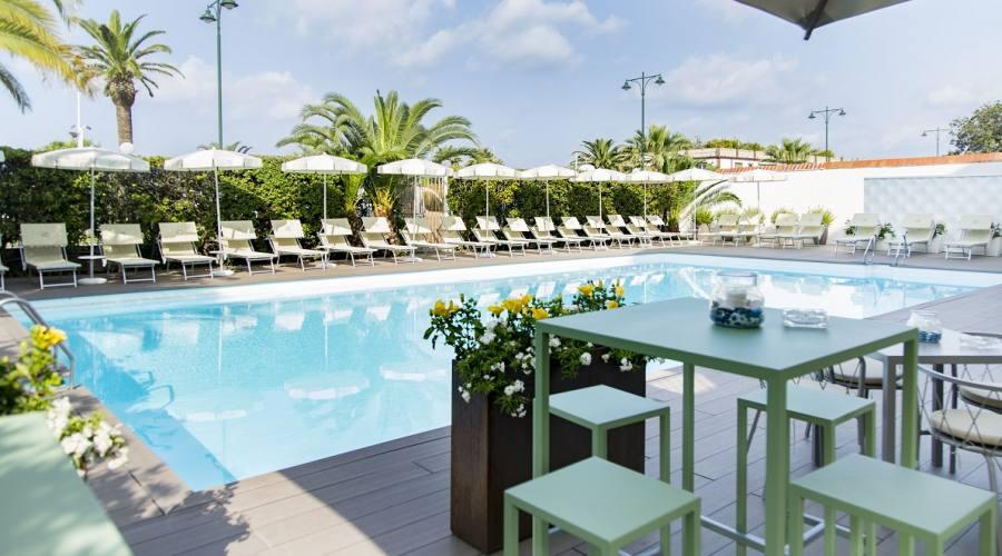 Momenti di relax a bordo piscina