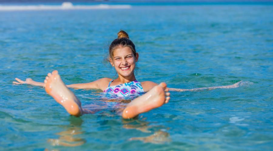 Ragazza che nuota sul Mar Morto