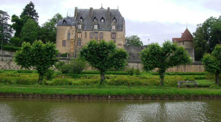 un castello  lungo il canal lateral