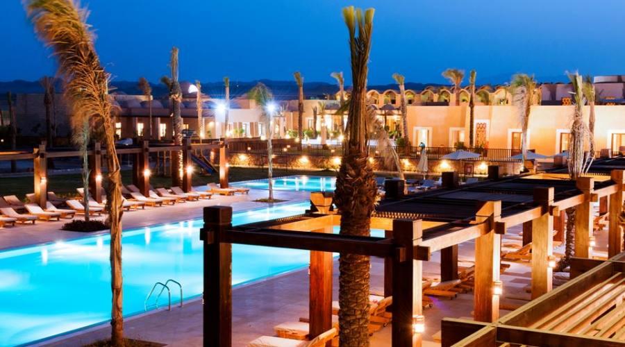 Vista notturna del resort