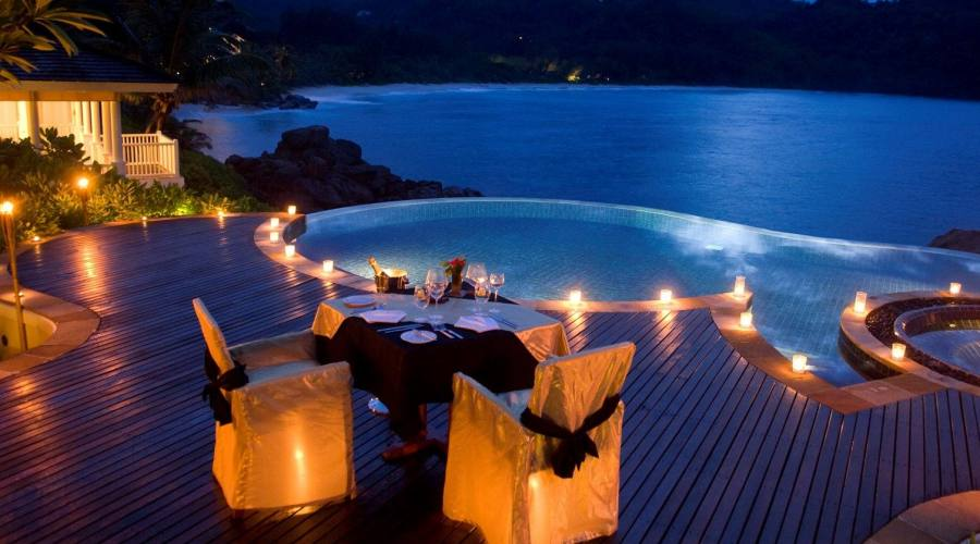Lounge e infinity pool