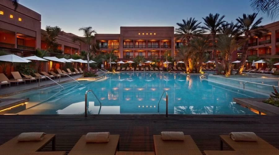 Hotel e piscina al tramonto