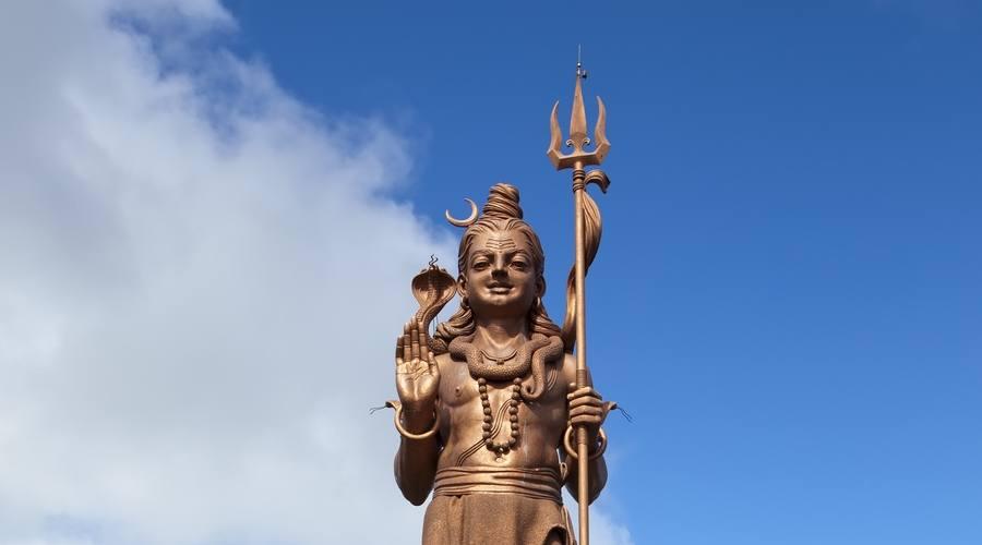 La statua di Shiva al lago Grand Bassin