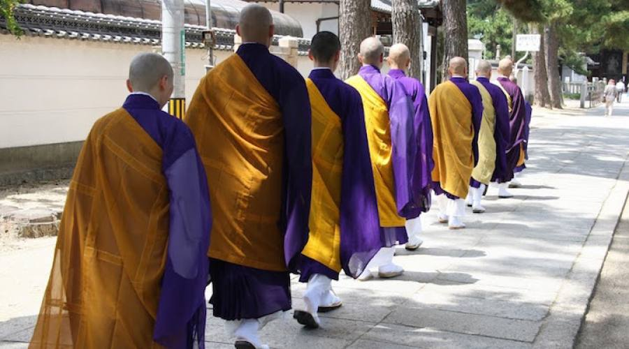 Monaci in un tempio Shintoista