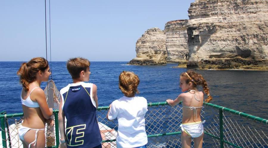 Bambini ammirano lo splendido mare