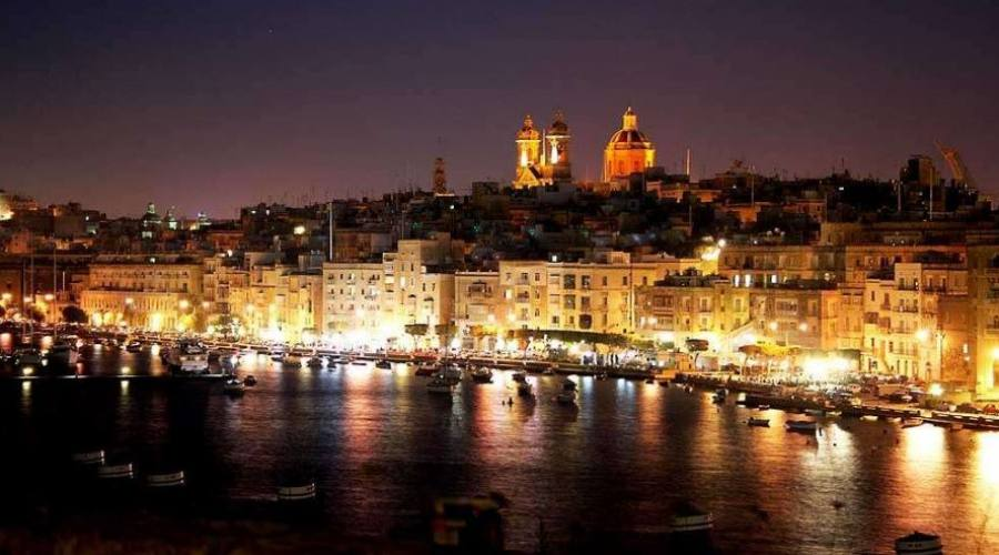 Hotel Cavalieri: Vista su Sliema by Night