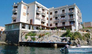 Hotel, in posizione tranquillissima, su una splendida scogliera che domina l'azzurro mare di Eolo