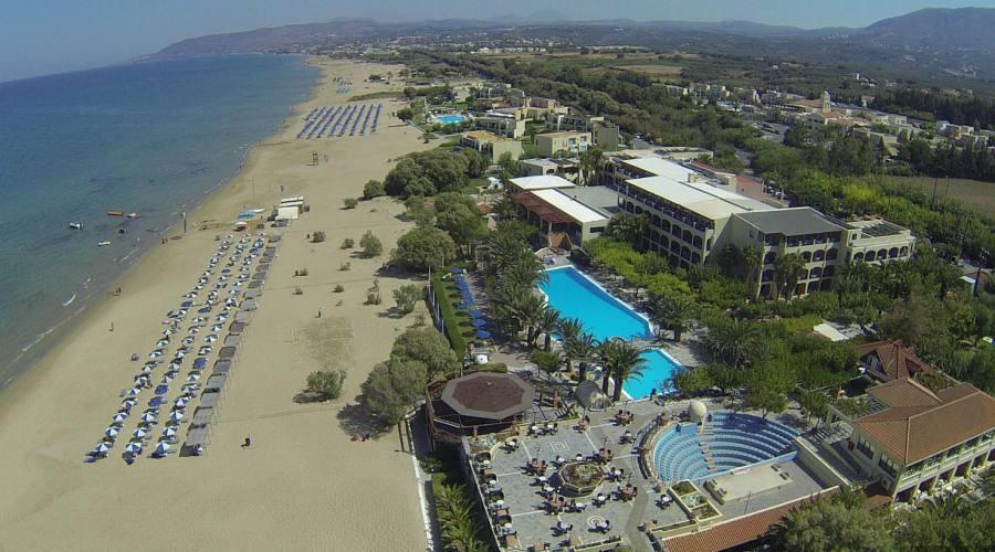 l'Hotel e la spiaggia dall'alto..