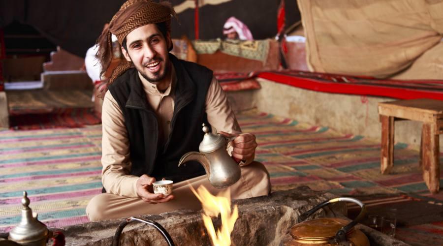 Beduino nel deserto del Wadi Rum