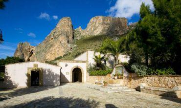 Antica Masseria  a pochi passi dal centro e dalla Riserva dello Zingaro - formula b&b