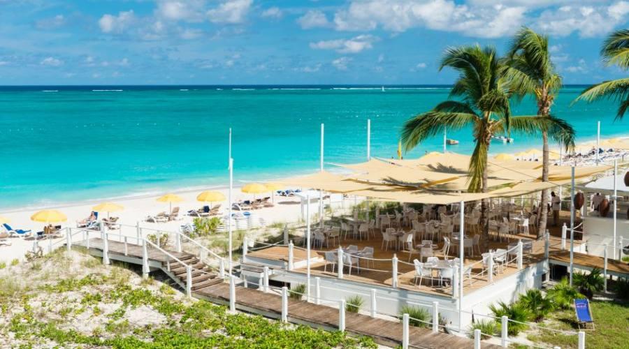 Veduta aerea della spiaggia e del ristorante
