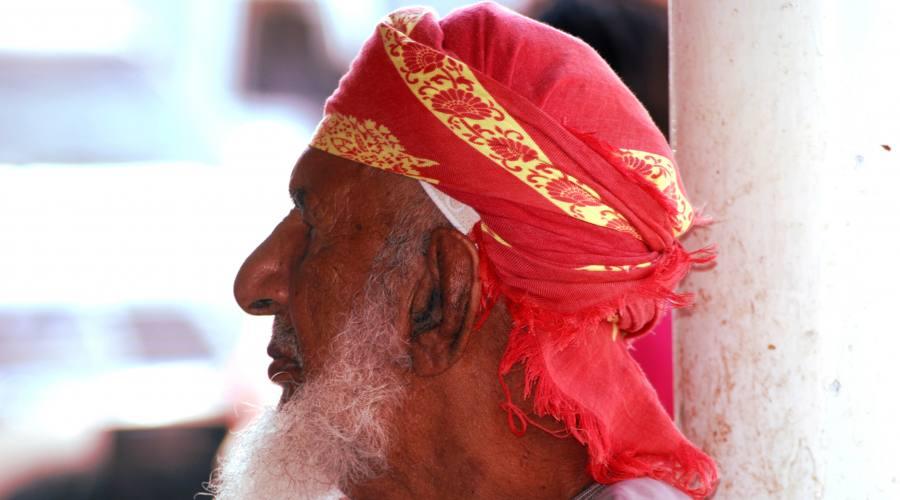 Anziano con turbante rosso
