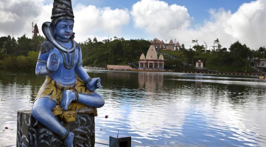 Divinita' indu' al lago Grand Bassin