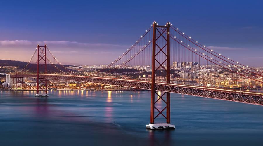 Ponte del 25 Aprile sul fiume Tago a Lisbona