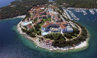 Hotel in posizione idilliaca, tra il verde e il blu del mare...