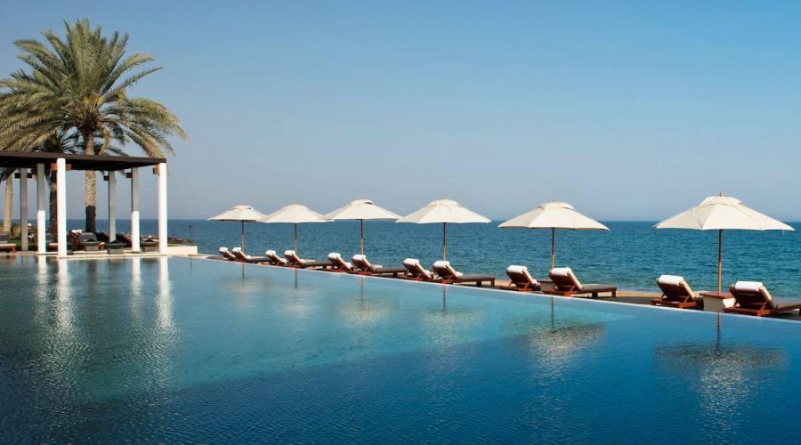 piscina e spiaggia al The Chedi hotel