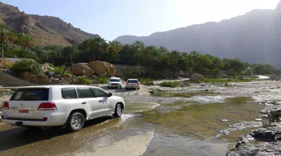In auto fuoristrada verso i monti dell'Hajar