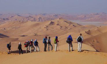 Esperienze Omanite: avventure in Accampamento, Trekking e Deserto