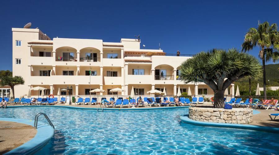Invisa hotel club cala blanca playa d 39 es figueral - Piscina san carlo milano ...