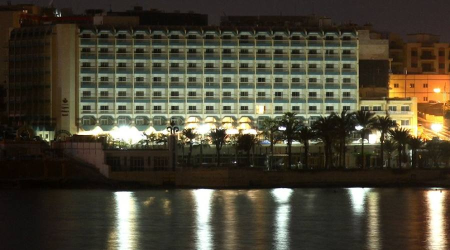 Qawra Palace Hotel: By Night