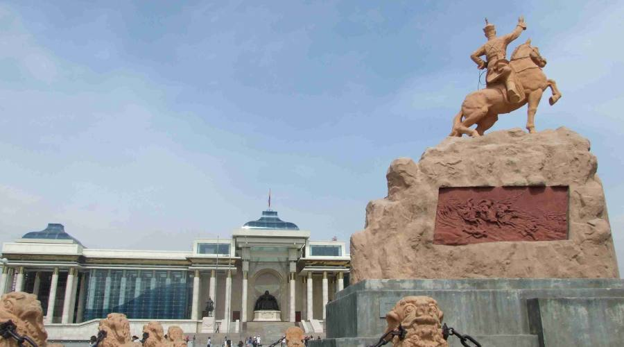 Ula Bator statua di Sukhbaatar Damdin davanti al Parlamento